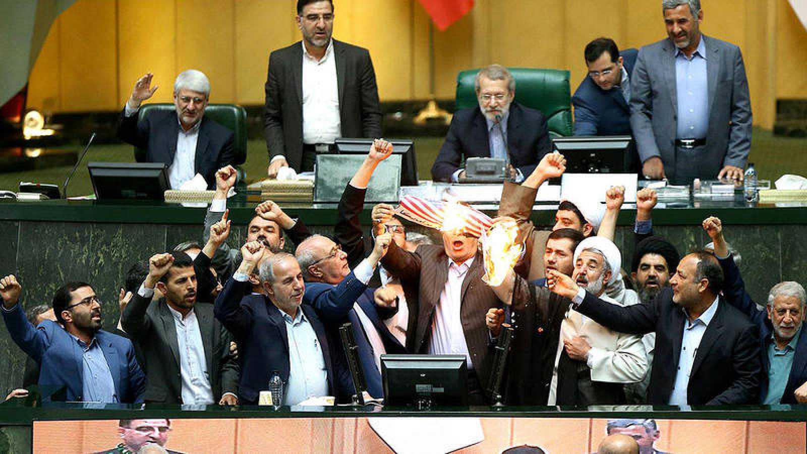 Diputados iraníes queman una bandera de Estados Unidos en el Parlamento en Teherán