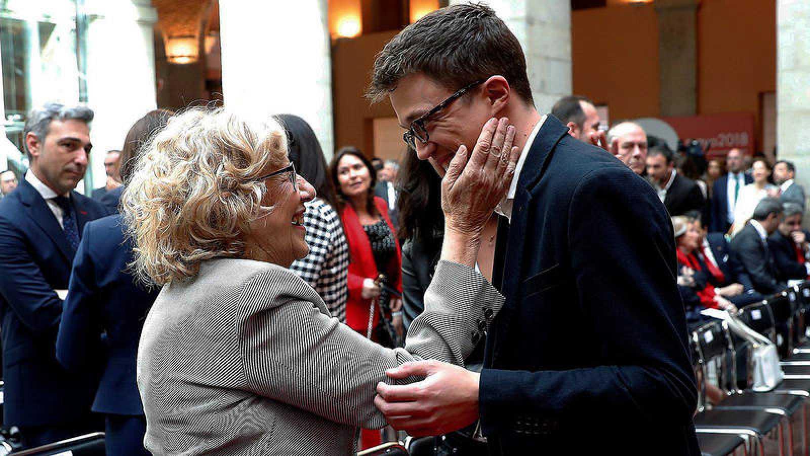 La alcaldesa de Madrid, Manuela Carmena, y el diputado de Podemos Iñigo Errejón durante el acto conmemorativo de la Fiesta del 2 de Mayo