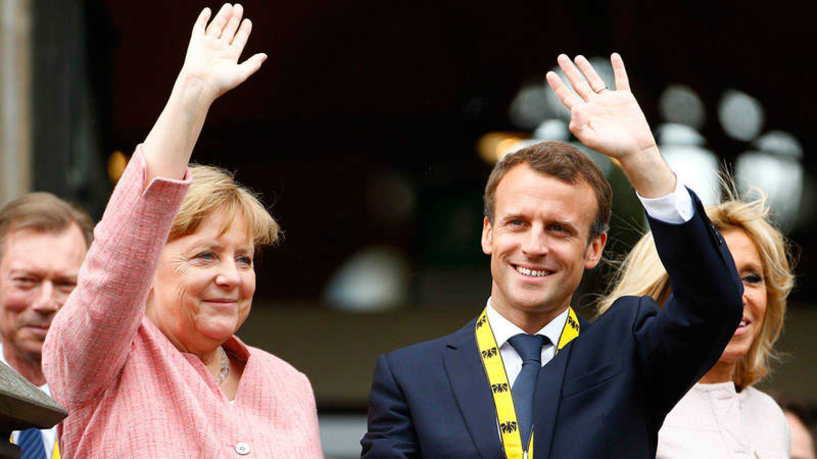 Macron y Merkel saludan al público en Aquisgrán