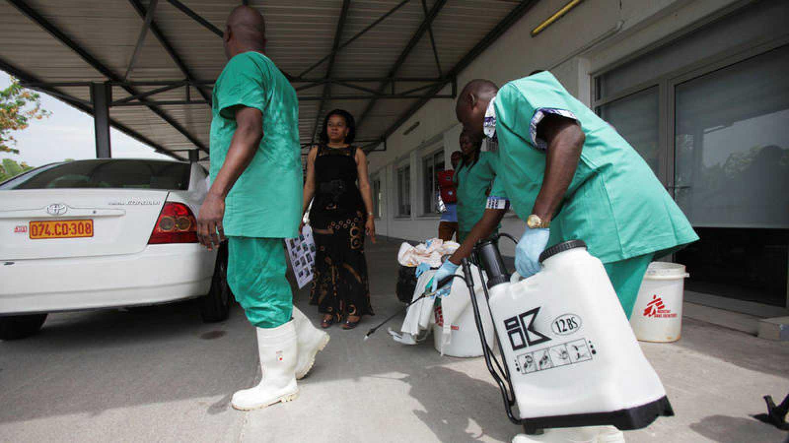 Fotografía de archivo de sanitarios congoleños en una sesión para protegerse del ébola en 2014
