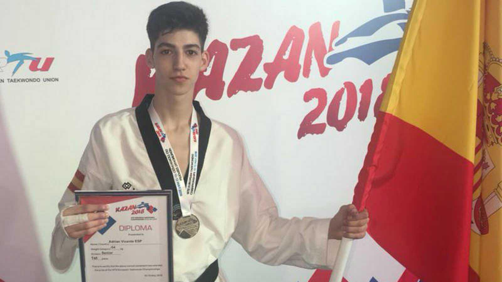 El taekwondista español Adrián Vicente, con su medalla.