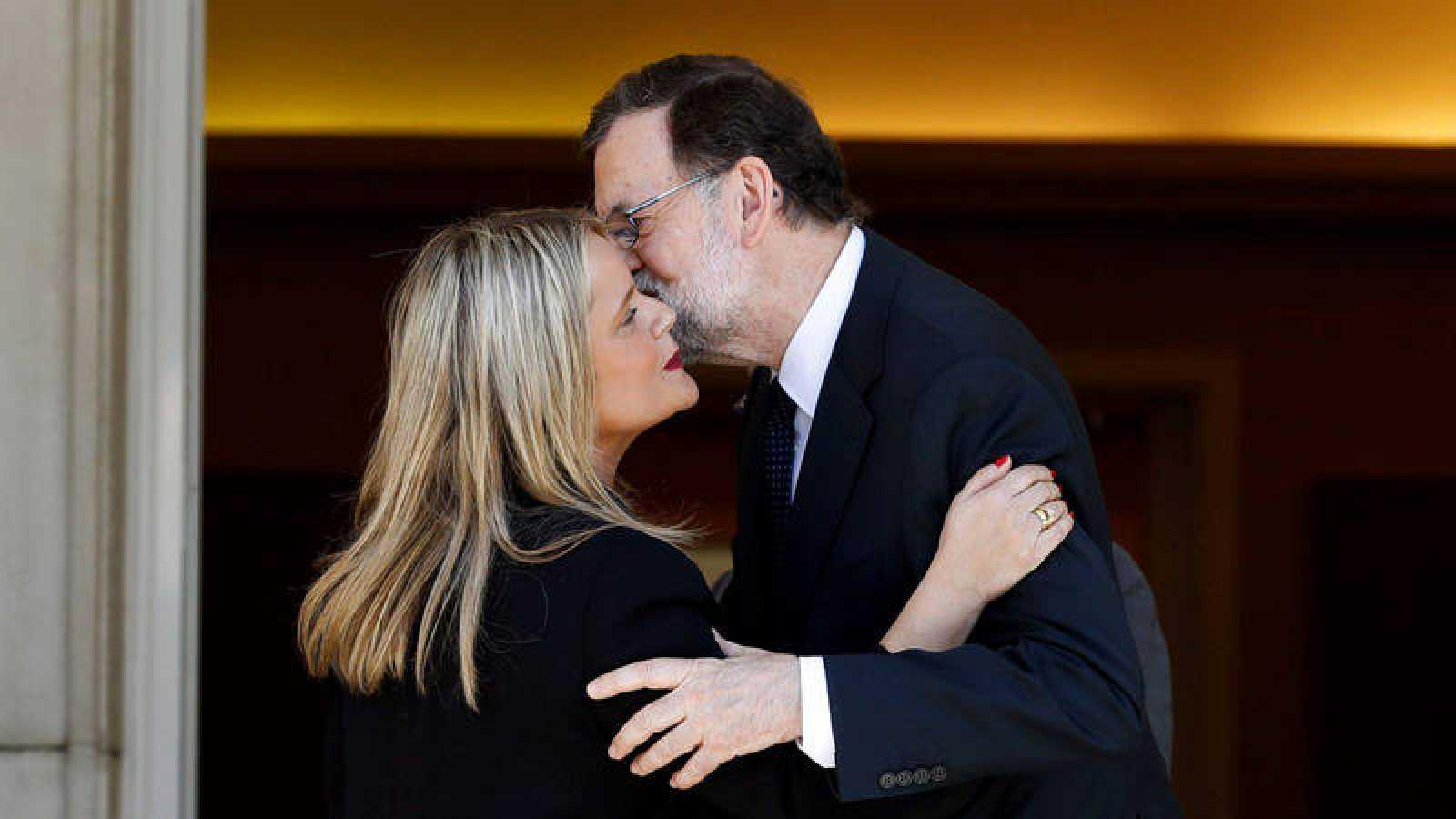 Mariano Rajoy saluda a la presidenta de la Fundación Víctimas del Terrorismo, Mari Mar Blanco, a su llegada a la Moncloa