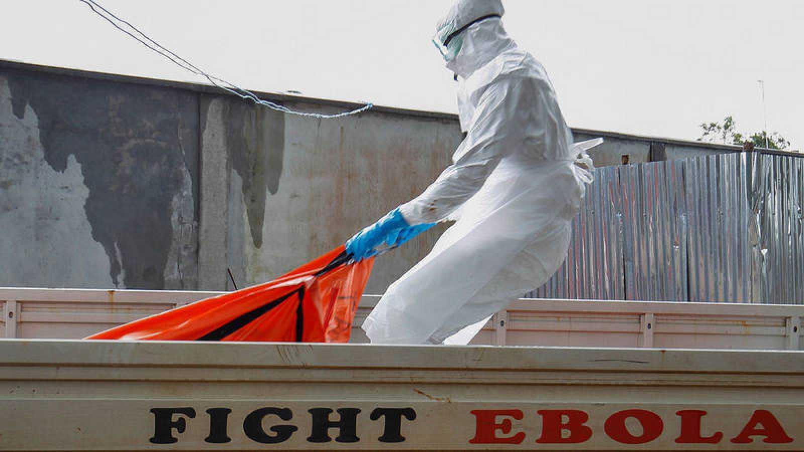 Fotografía de archivo del entierro de un fallecido por ébola durante el brote de 2014 en Liberia