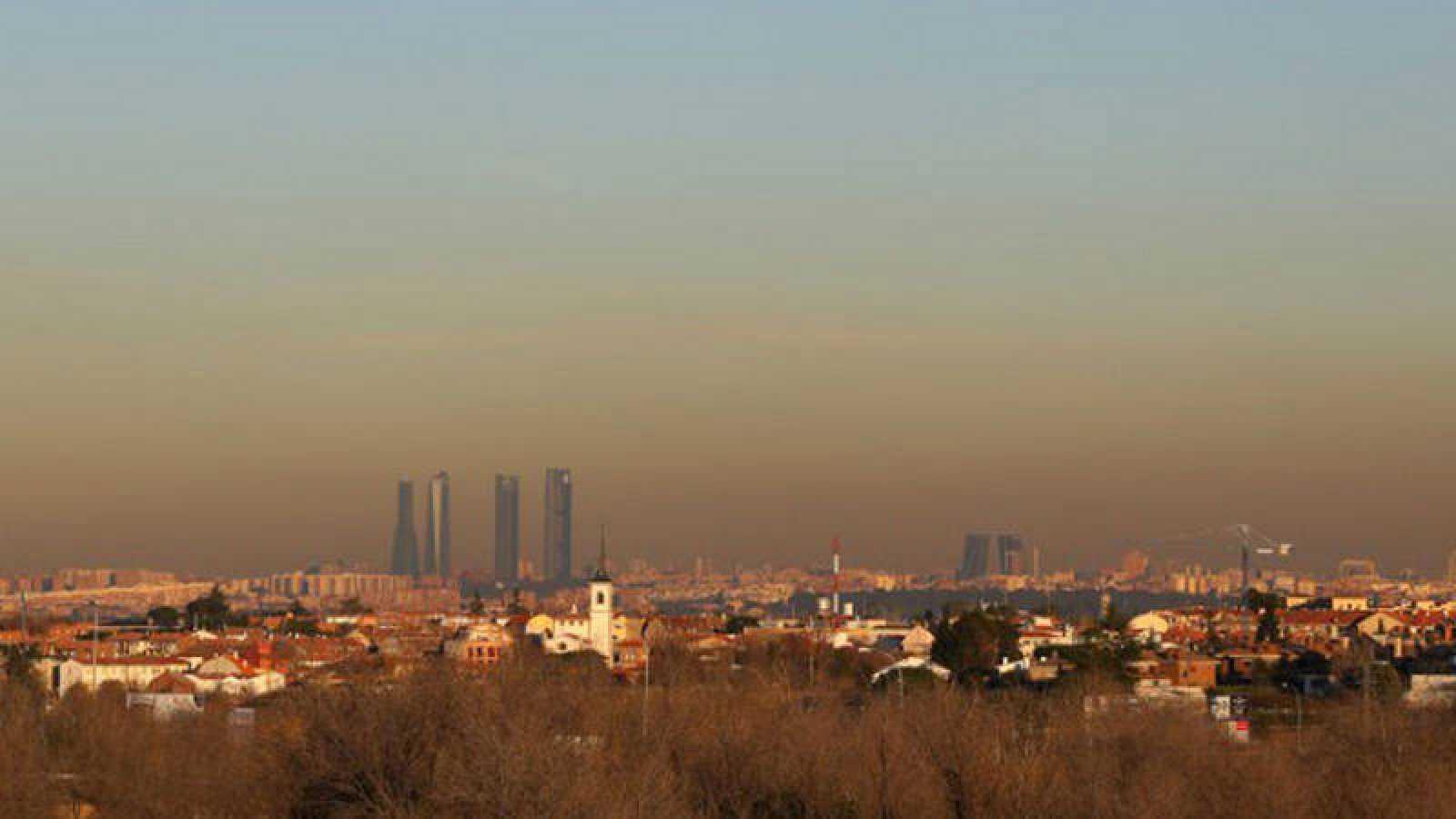 Perfil de la ciudad de Madrid con una nube de contaminación sobre sus edificios