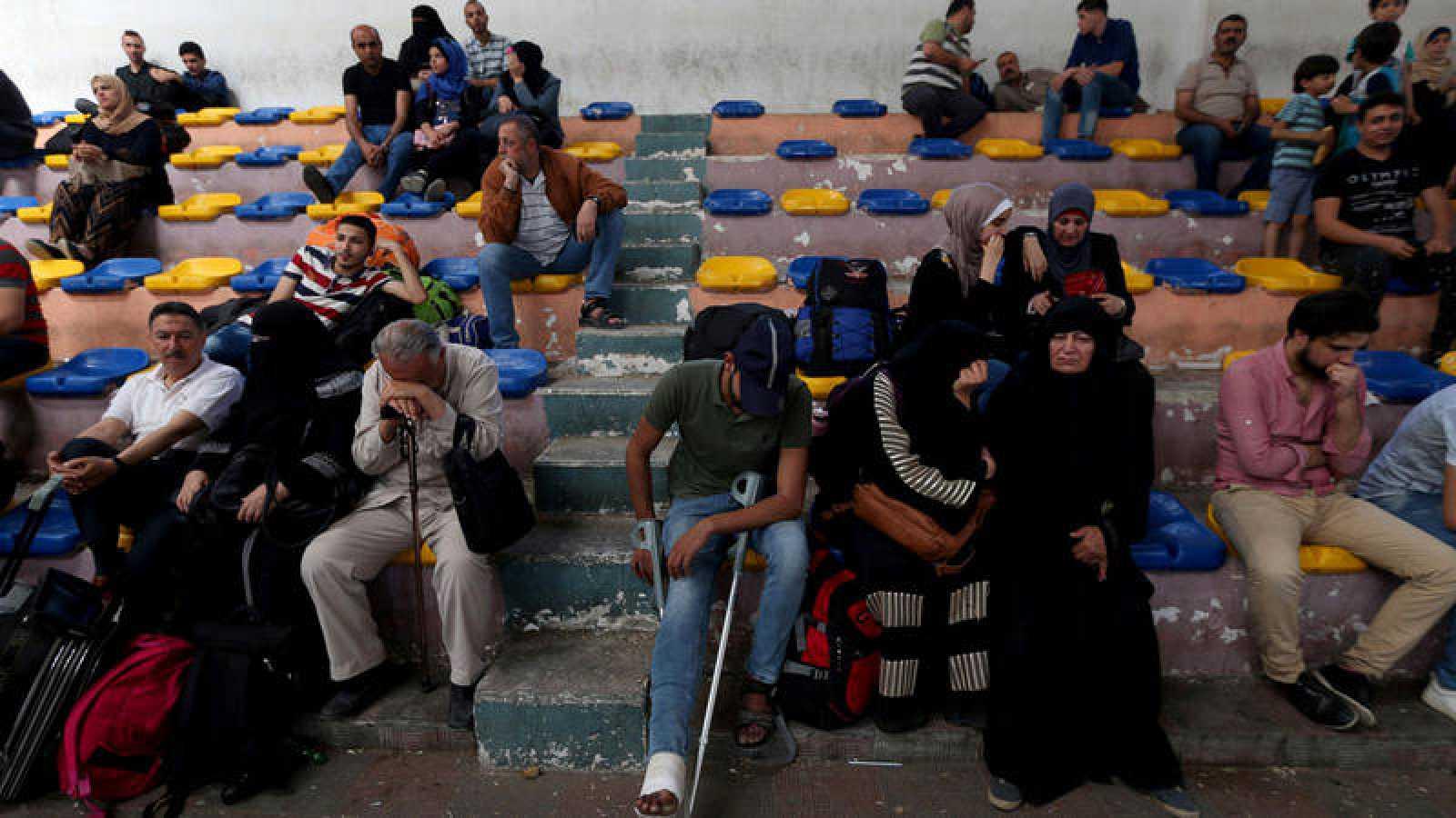 Decenas de palestinos esperan para entrar en Egipto desde Gaza