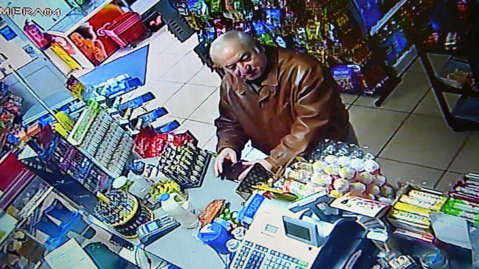 Sergei Skripal, captado por las cámaras de un supermercado en Salisbury en febrero
