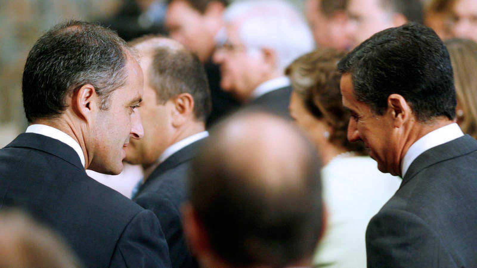 Francisco Camps saluda a Eduardo Zaplana en un acto institucional en la Comunidad Valenciana, en 2007