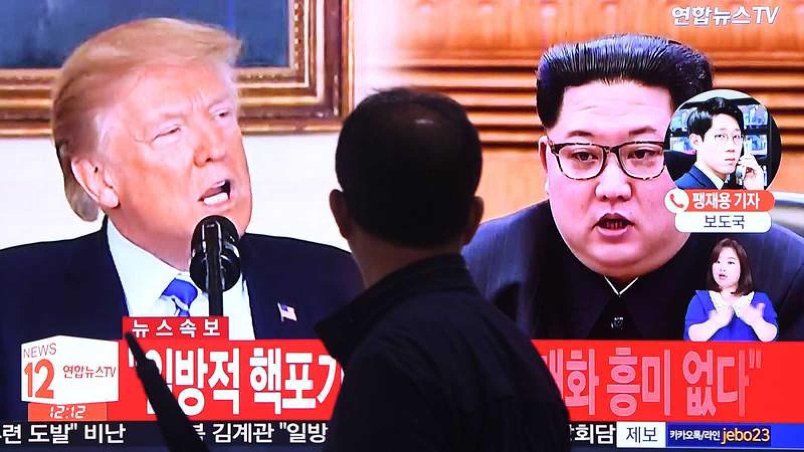 Una pantalla de televisión muestra en Seúl la imagen de Trump y Kim Jong-un