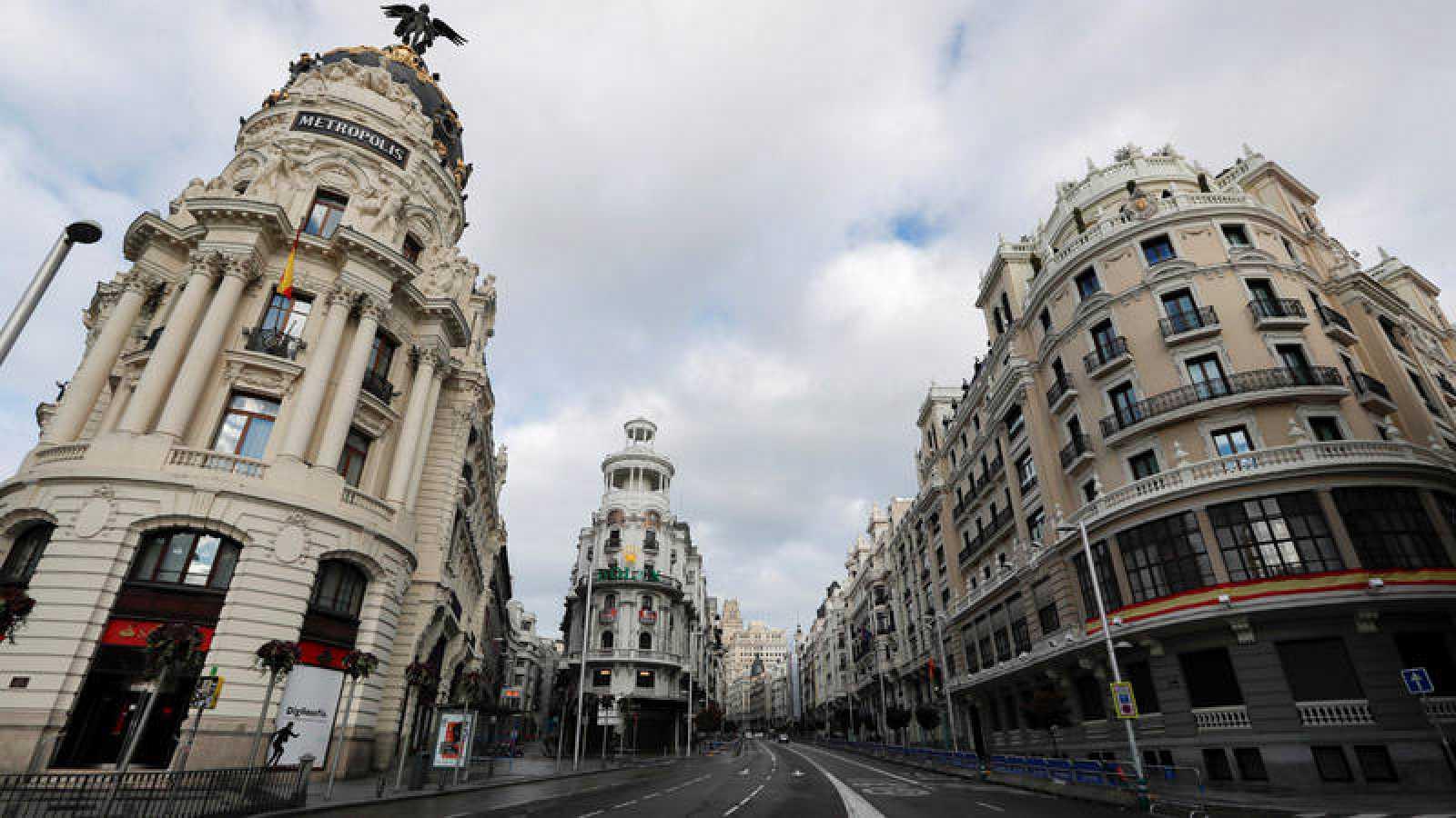 Confluencia de la Calle Gran Vía con la calle de Alcalá de Madrid, vacía de tráfico