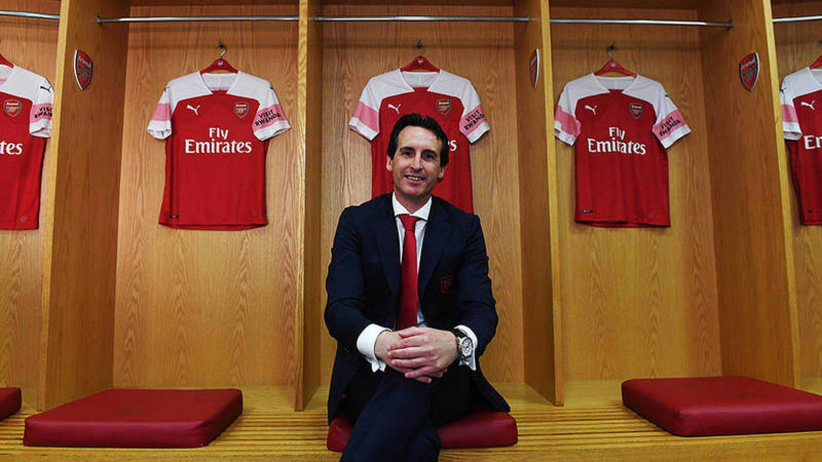 Unai Emery, posando en el vestuario del Arsenal.