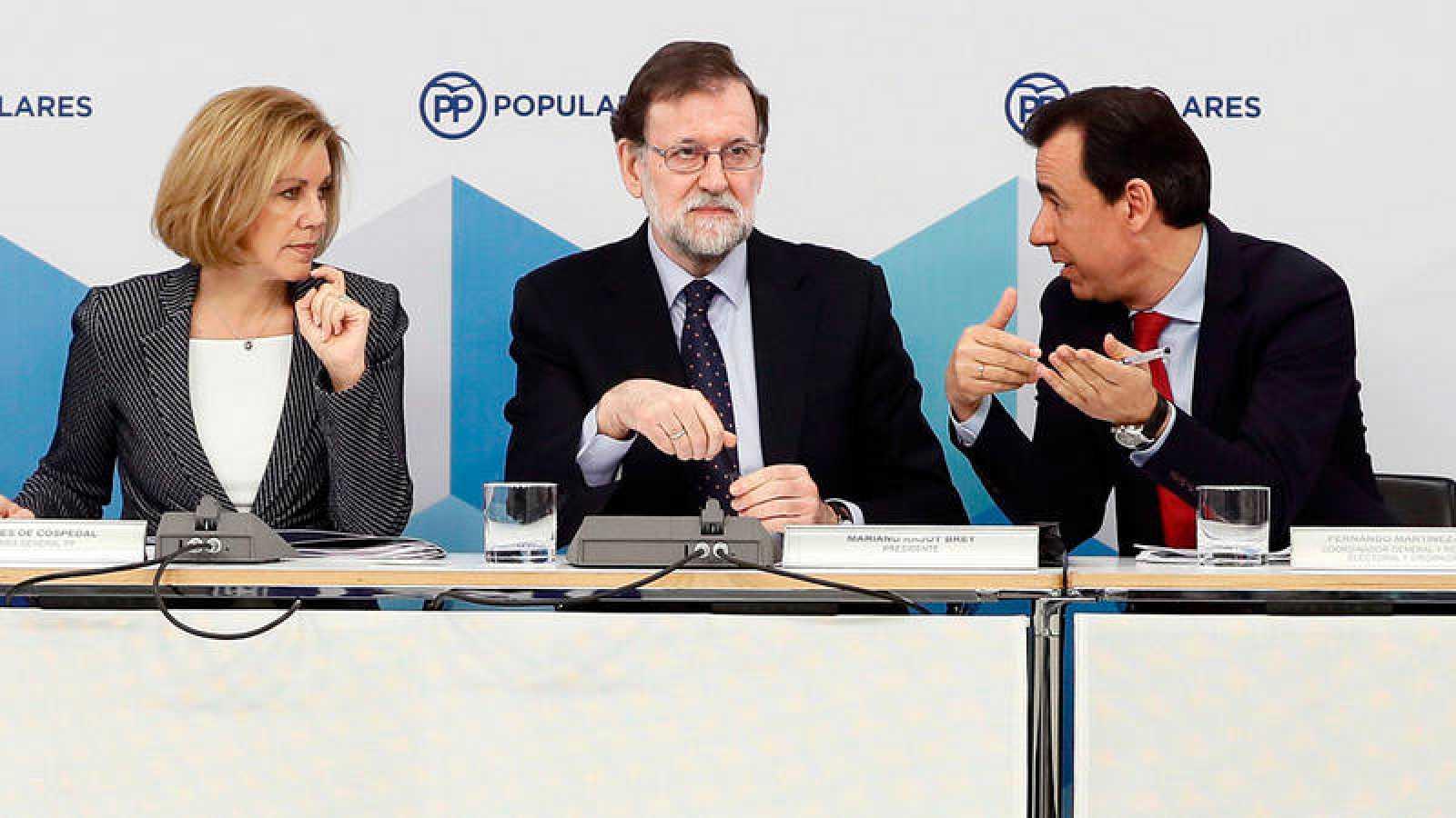 El presidente del Gobierno y del PP, Mariano Rajoy, junto a la secretaria general del partido, María Dolores de Cospedal, y el coordinador general, Fernando Martínez-Maíllo