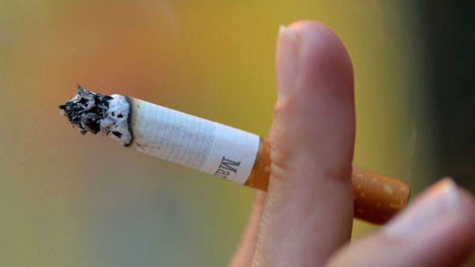 Una mujer fumando un cigarrillo