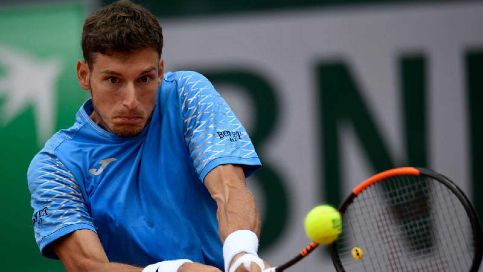 El tenista español Pablo Carreño devuelve una bola al argentino Delbonis.