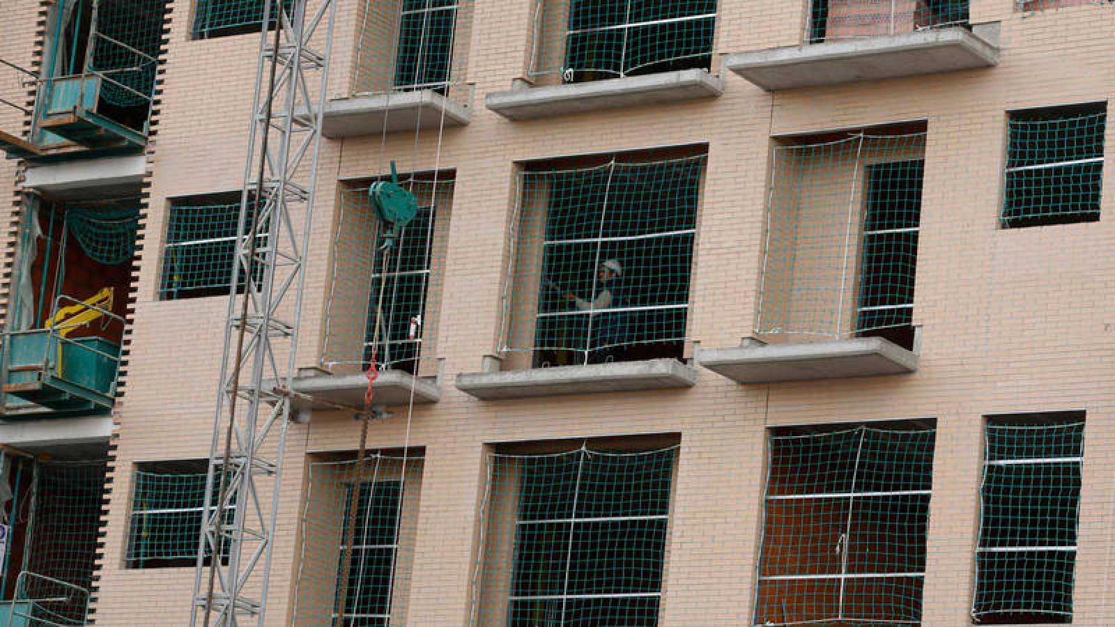 Un operario trabaja dentro de un edificio en construcción en Madrid