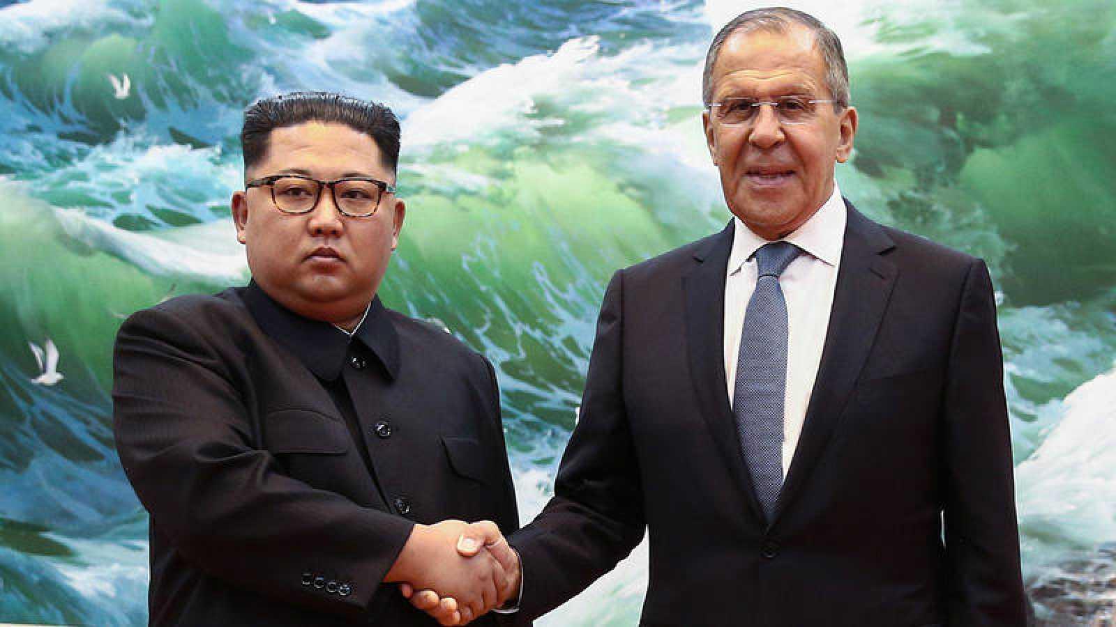 El ministro de Exteriores, Sergei Lavrov (D) estrecha la mano del líder norcoreano Kim Jong-un.