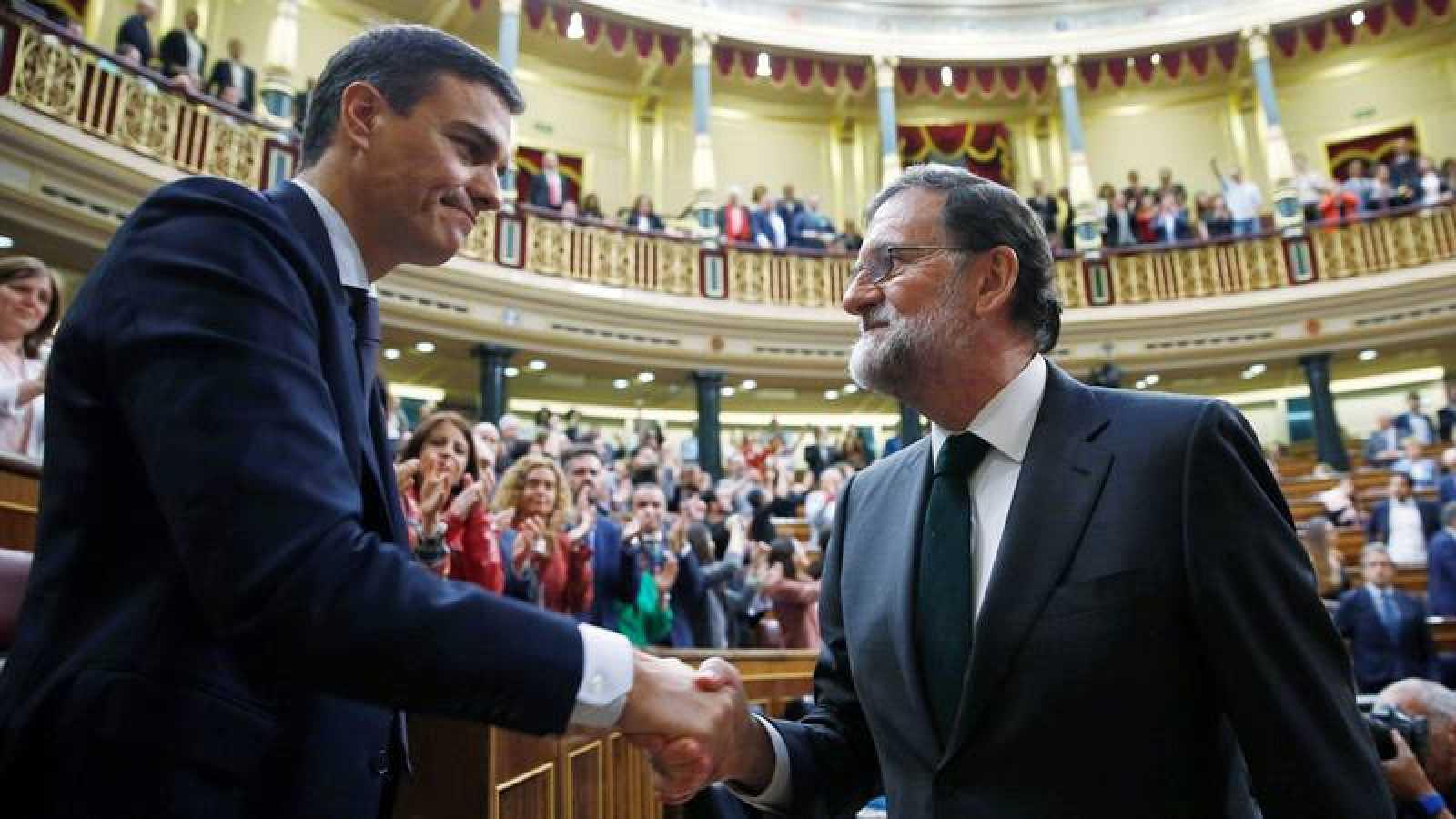 Rajoy saluda a Sánchez tras la segunda jornada de la moción de censura