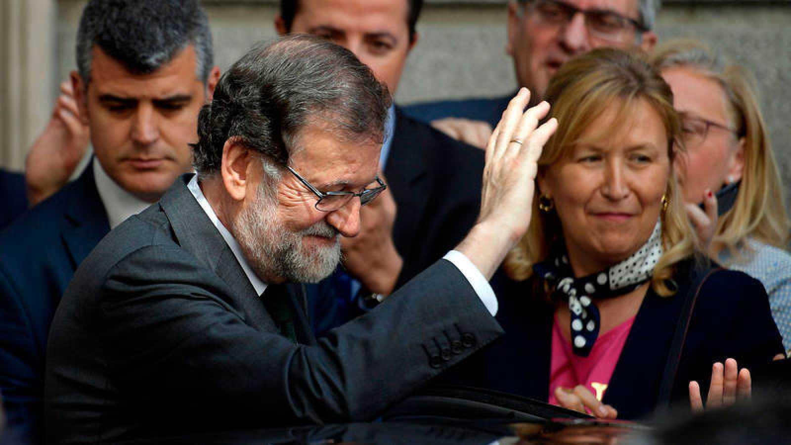 El ya expresidente del Gobierno Mariano Rajoy abandonando este viernes en el Congreso