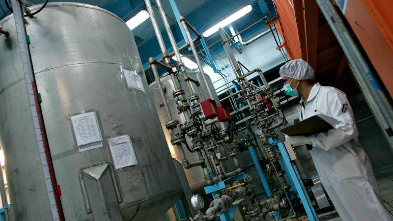 Un técnico nuclear iraní trabaja en la planta de Isfahan, durante una visita de la OIEA