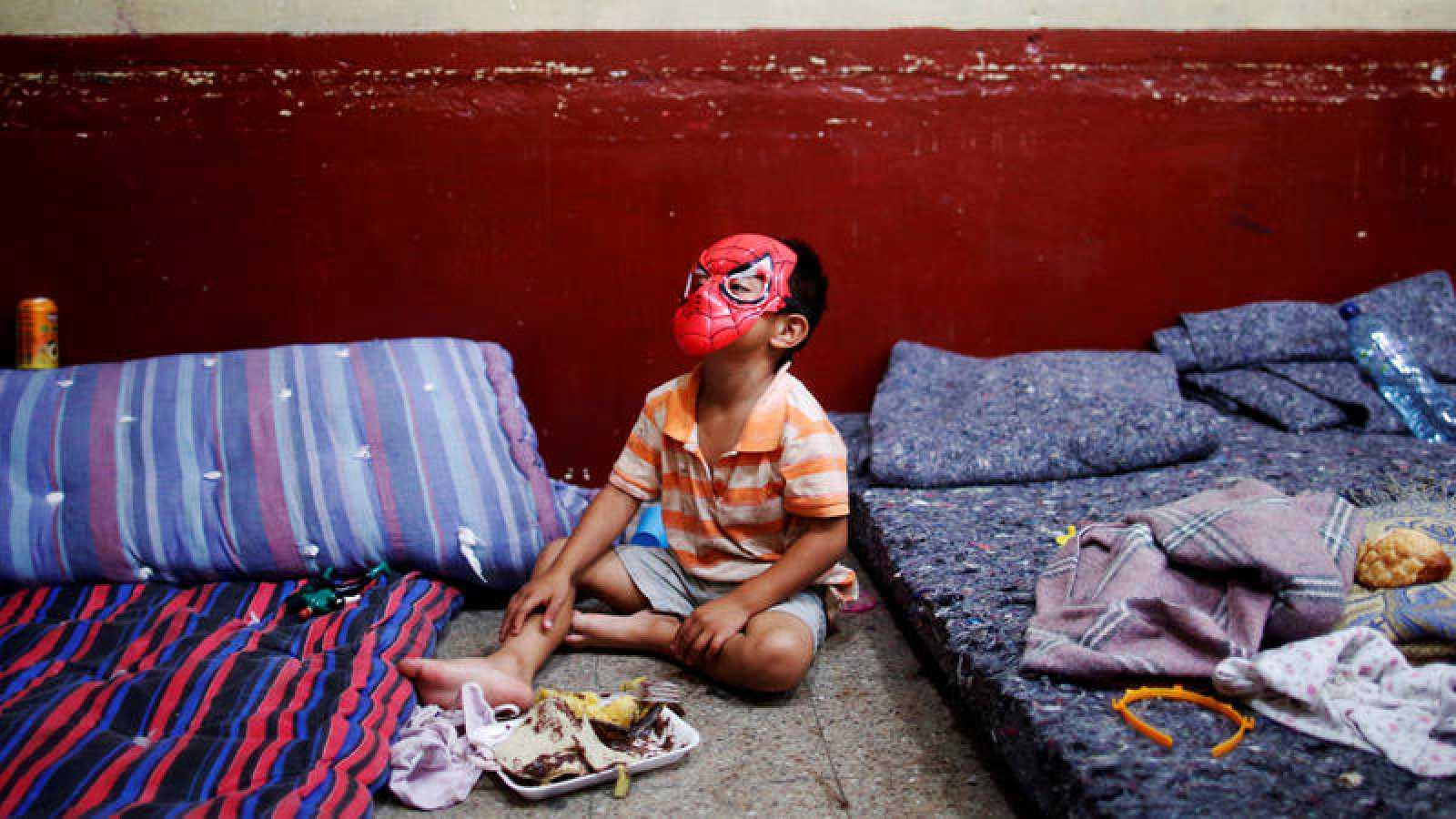 Un niño guatemalteco juega en un albergue en Escuintla.