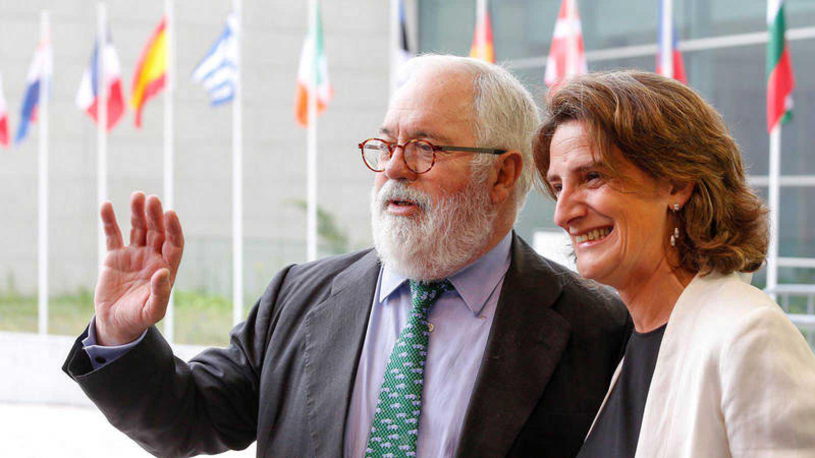 La ministra para Transición Ecológica, Teresa Ribera, junto al comisario europeo de Energía y Cambio Climático, Miguel Arias Cañete
