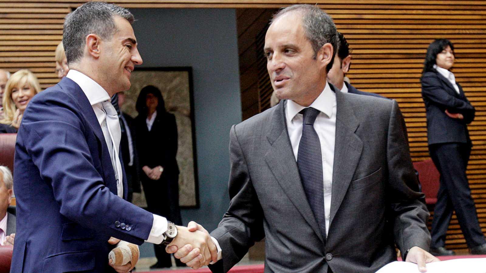 Ricardo Costa y Francisco Camps se saludan en las Cortes Valencianas en una imagen de archivo