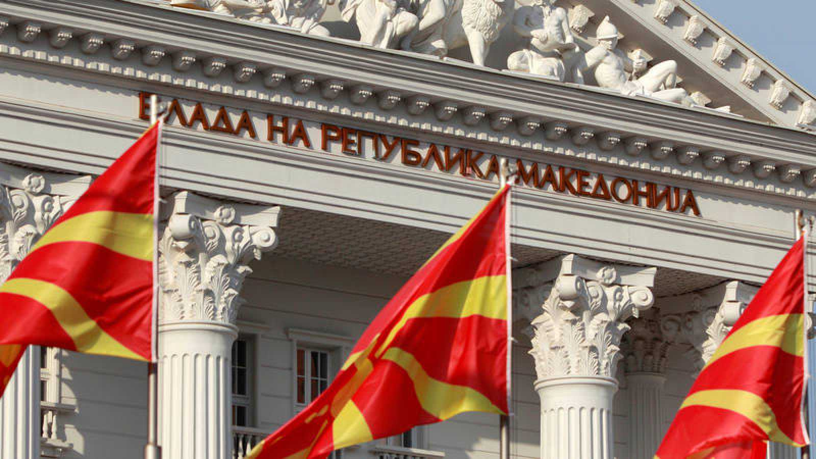 Banderas macedonias ondean frente a la sede del Gobierno en Skopje