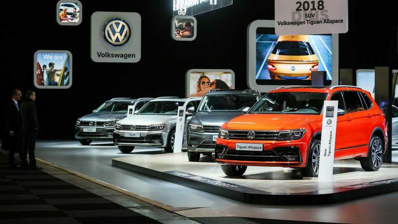 Coches Volkswagen en un expositor