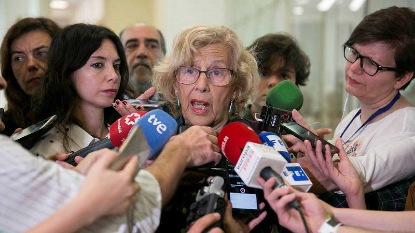 La alcaldesa de Madrid, Manuela Carmena, atiende a los medios