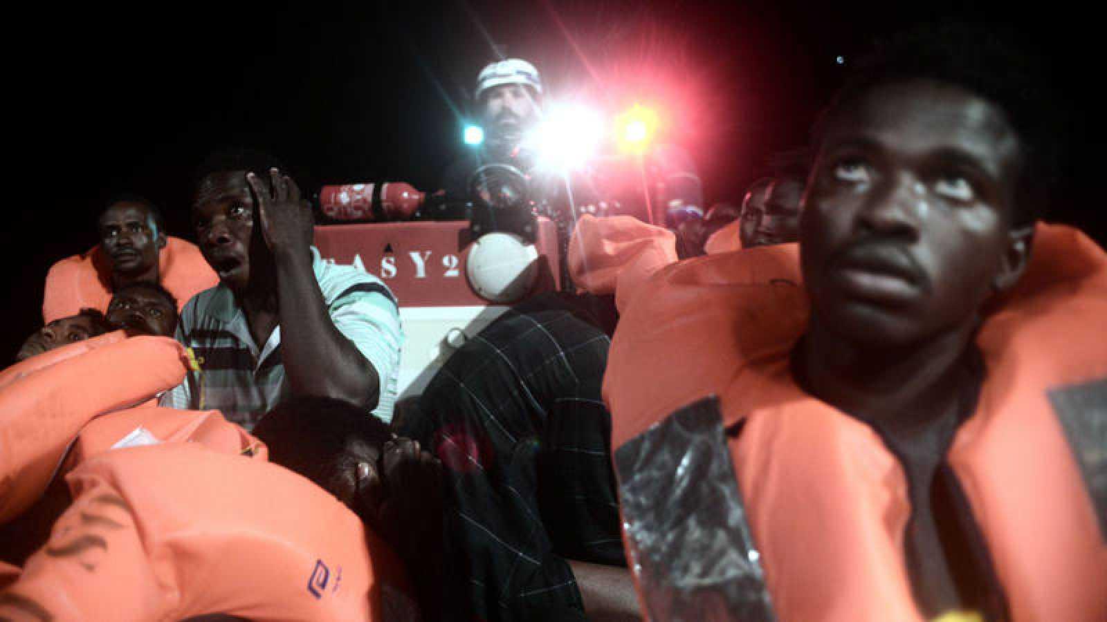 Migrantes rescatados en lanchas por el Aquarius el pasado sábado en el Mediterráneo