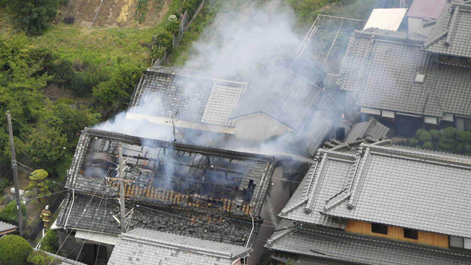 Un edificio incendiado en Takatsuki por el terremoto