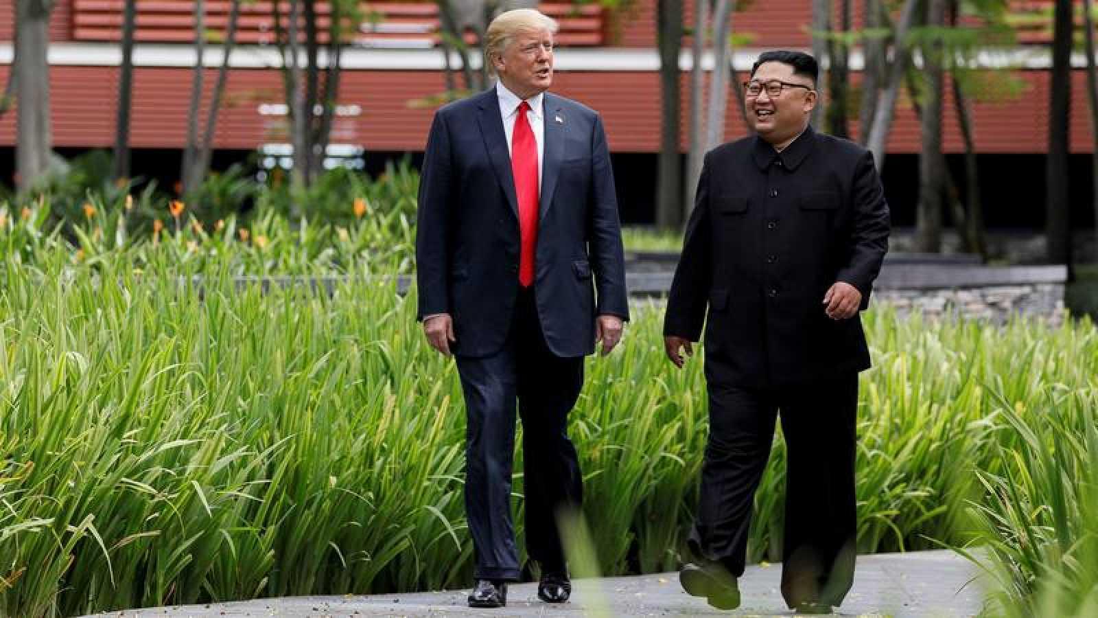 Donald Trump y Kim Jong-un pasean por Singapur