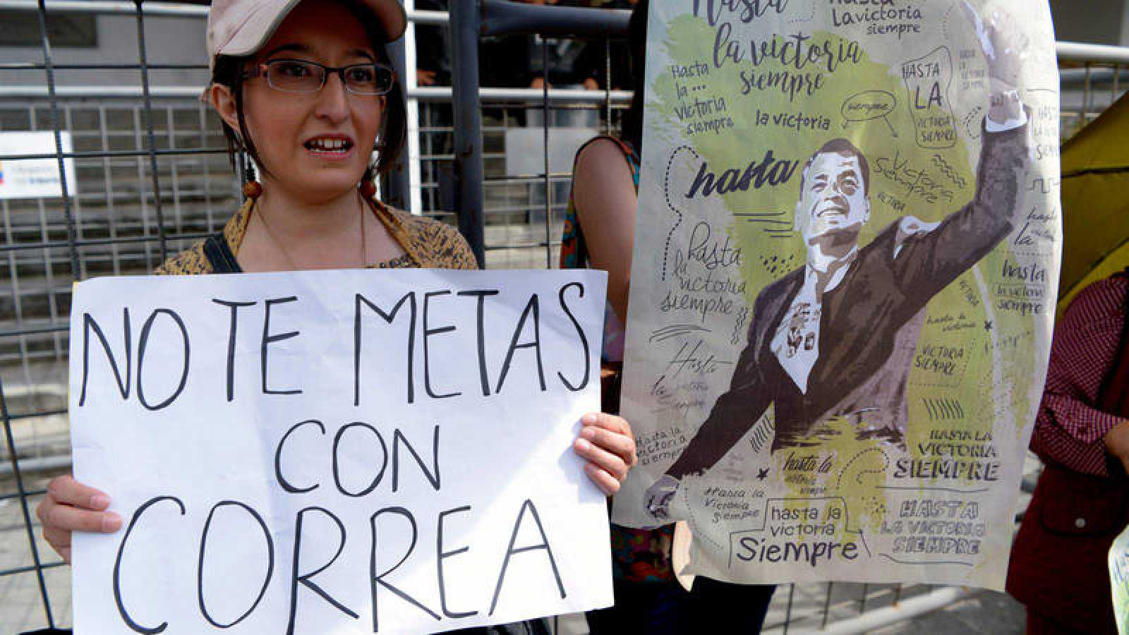 Una mujer apoya a Rafael Correa en el Tribunal Supremo en Quito