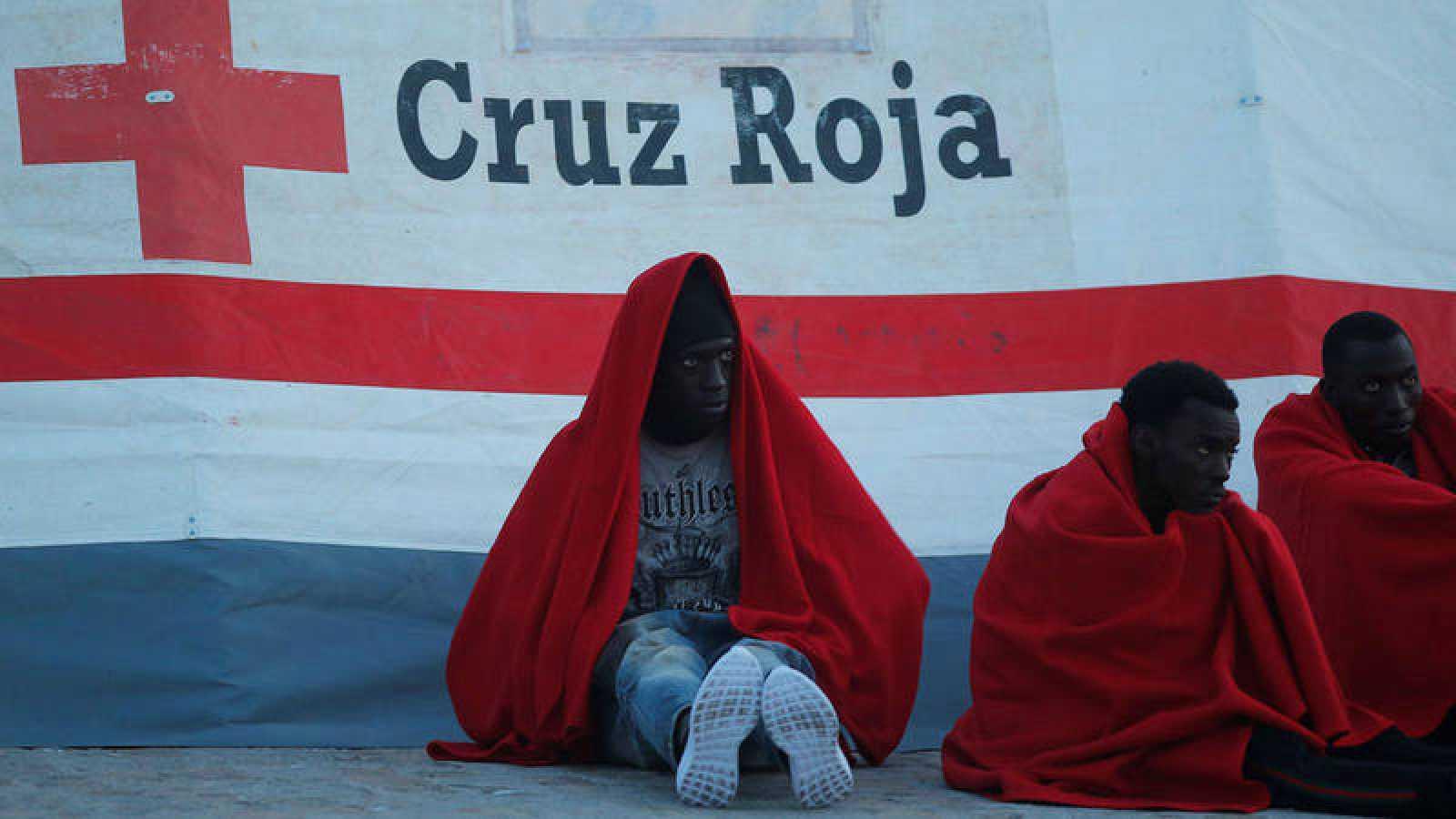 Inmigrantes en el puerto de Málaga después de ser rescatados en pateras a la deriva en el Mediterráneo