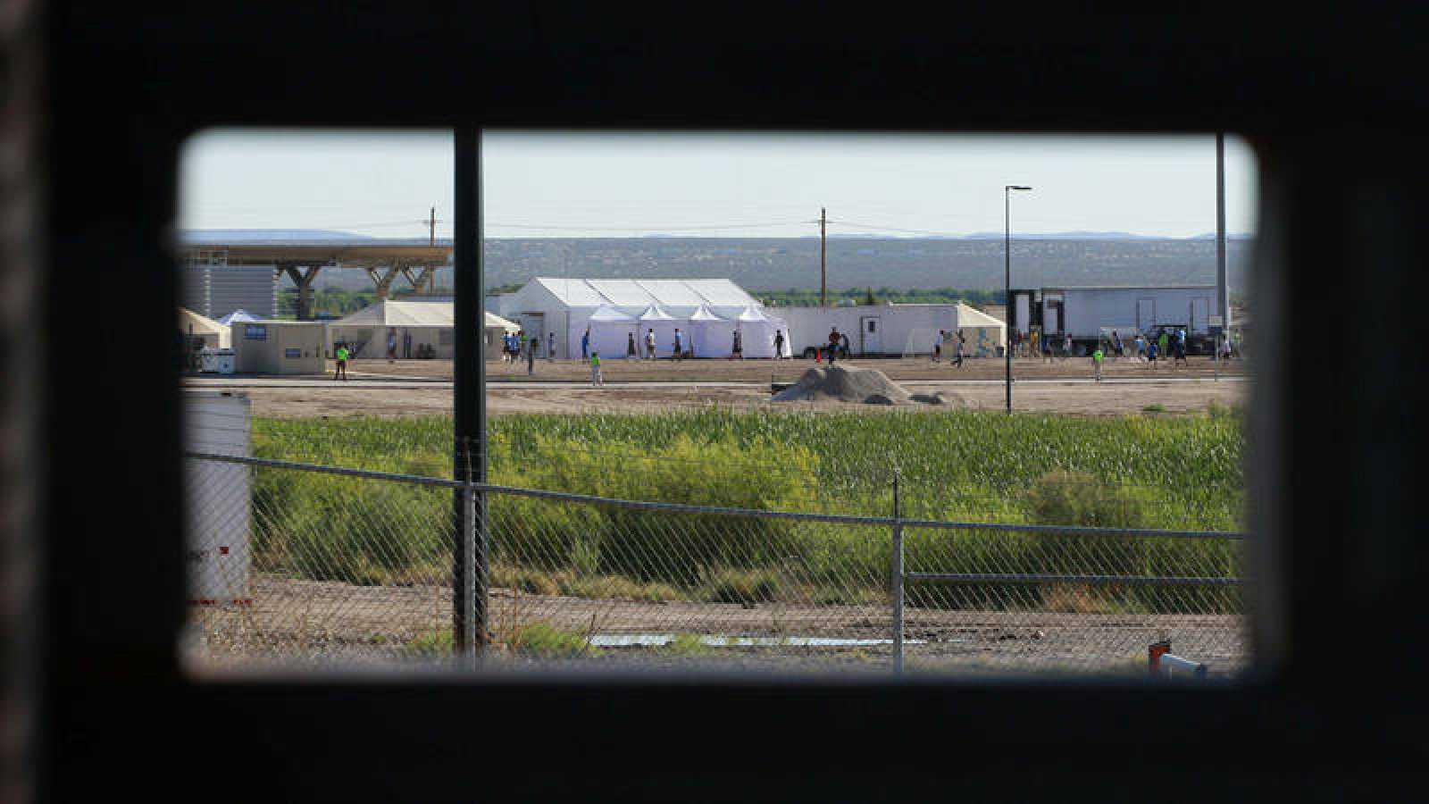 Hijo de migrantes detenidos juegan al fútbol en un campamento cerca de Tomillo, Texas, EE.UU.