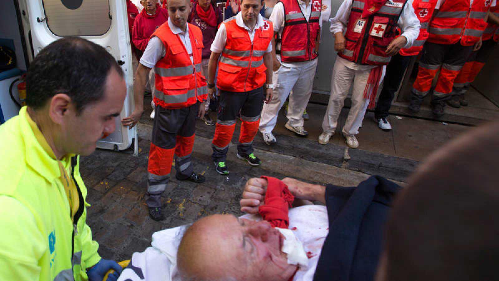 Traslado de un corredor herido en los encierros de San Fermín 2016