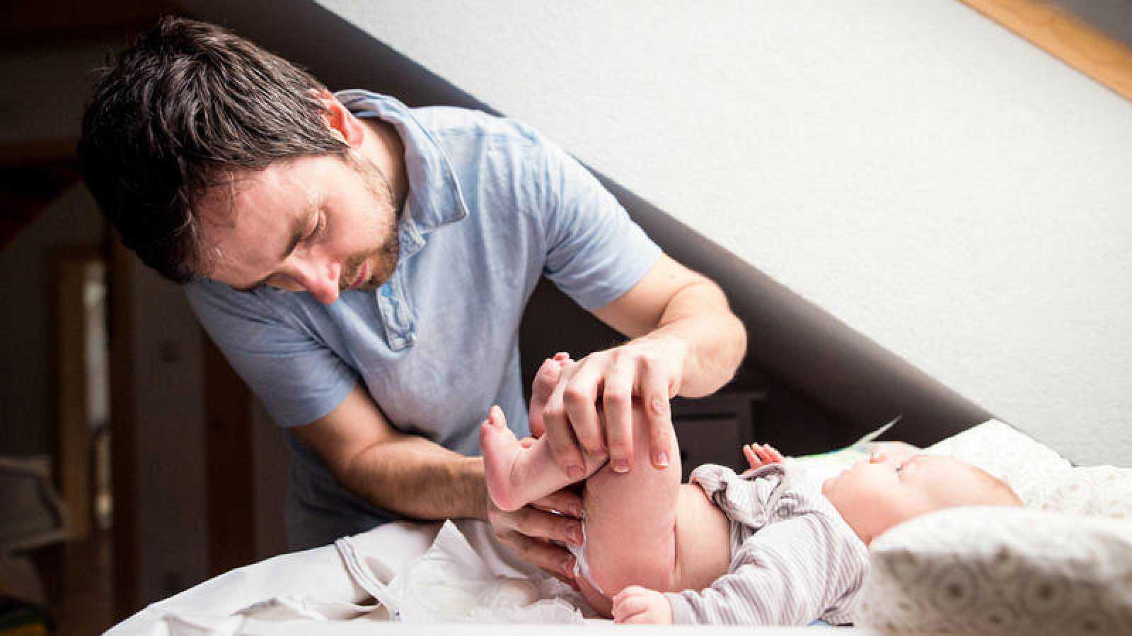 La regulación actual obliga a la madre a tomarse las seis primeras semanas de permiso y de forma voluntaria las diez siguientes; mientras, los padres tienen un permiso voluntario e intransferible de cuatro semanas desde el día de nacimiento.