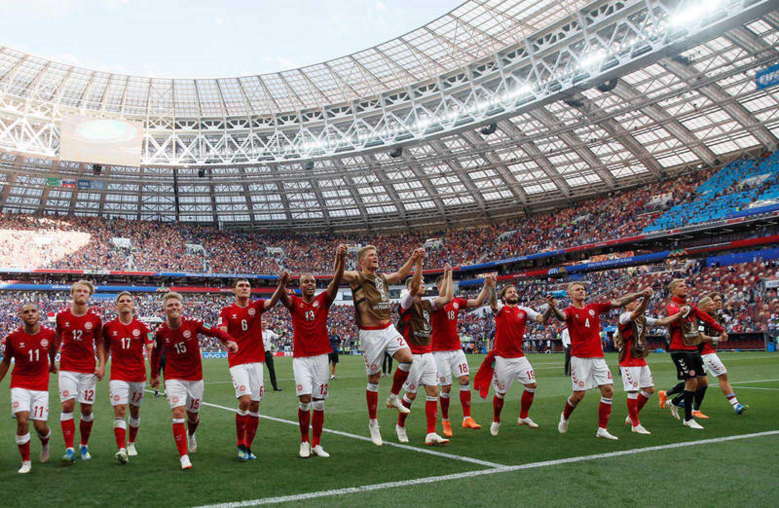 Los jugadores daneses celebran su clasificación como segundos del Grupo C.