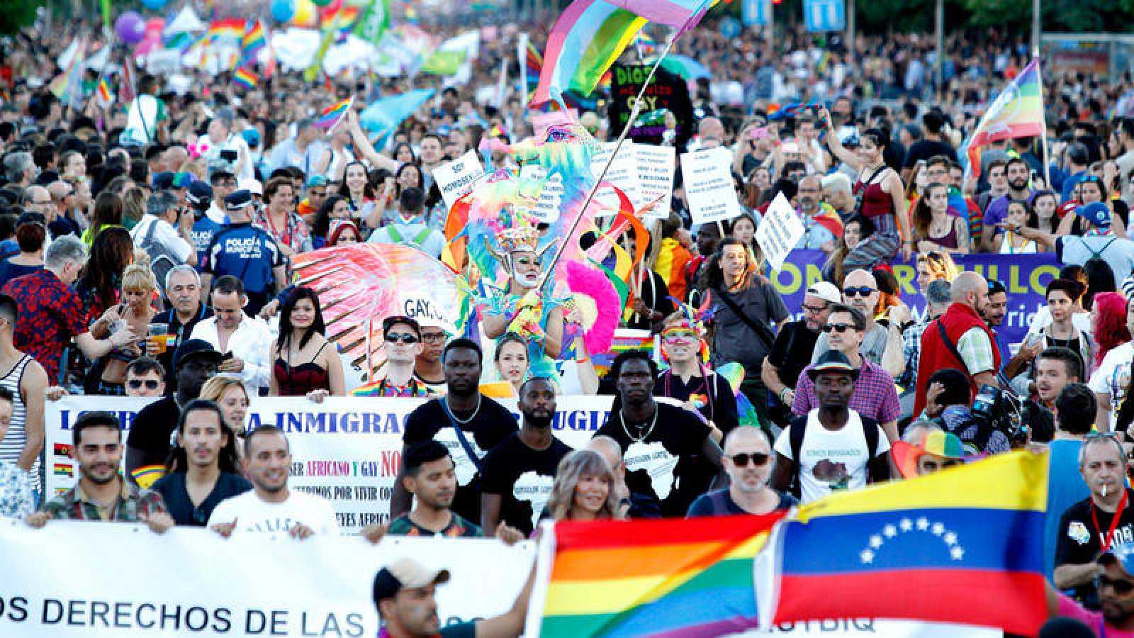 Miles de personas recorren las calles de Madrid durante la manifestación del Orgullo Gay 2017