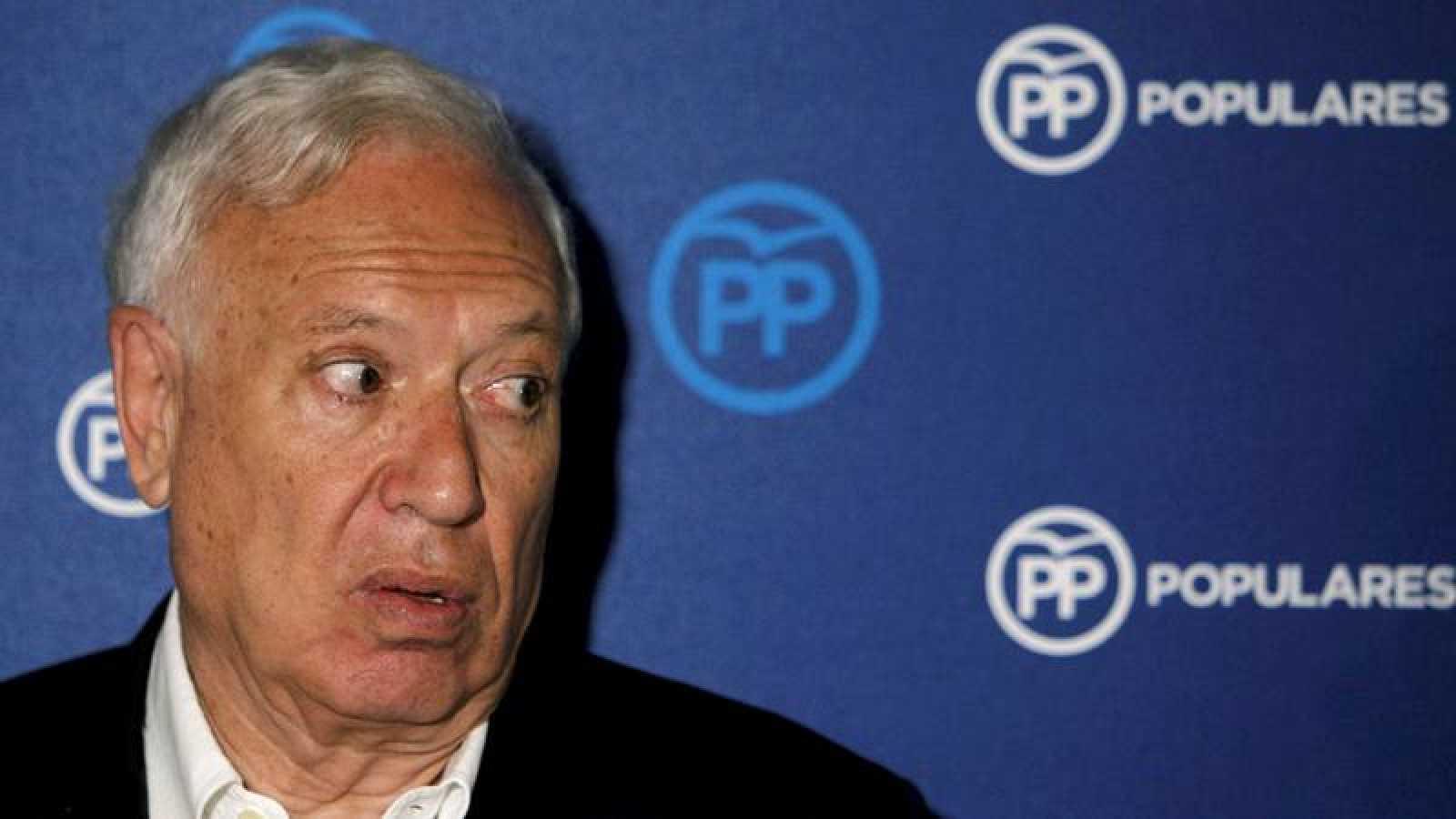 El candidato a la presidencia del PP José Manuel García Margallo atiende a los medios