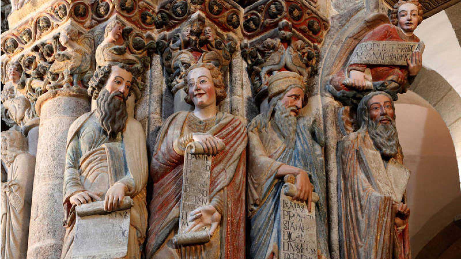 Los profetas Moisés, Isaías, Daniel y Jeremías en el arco lateral izquierdo del Pórtico de la Gloria de la Catedral de Santiago