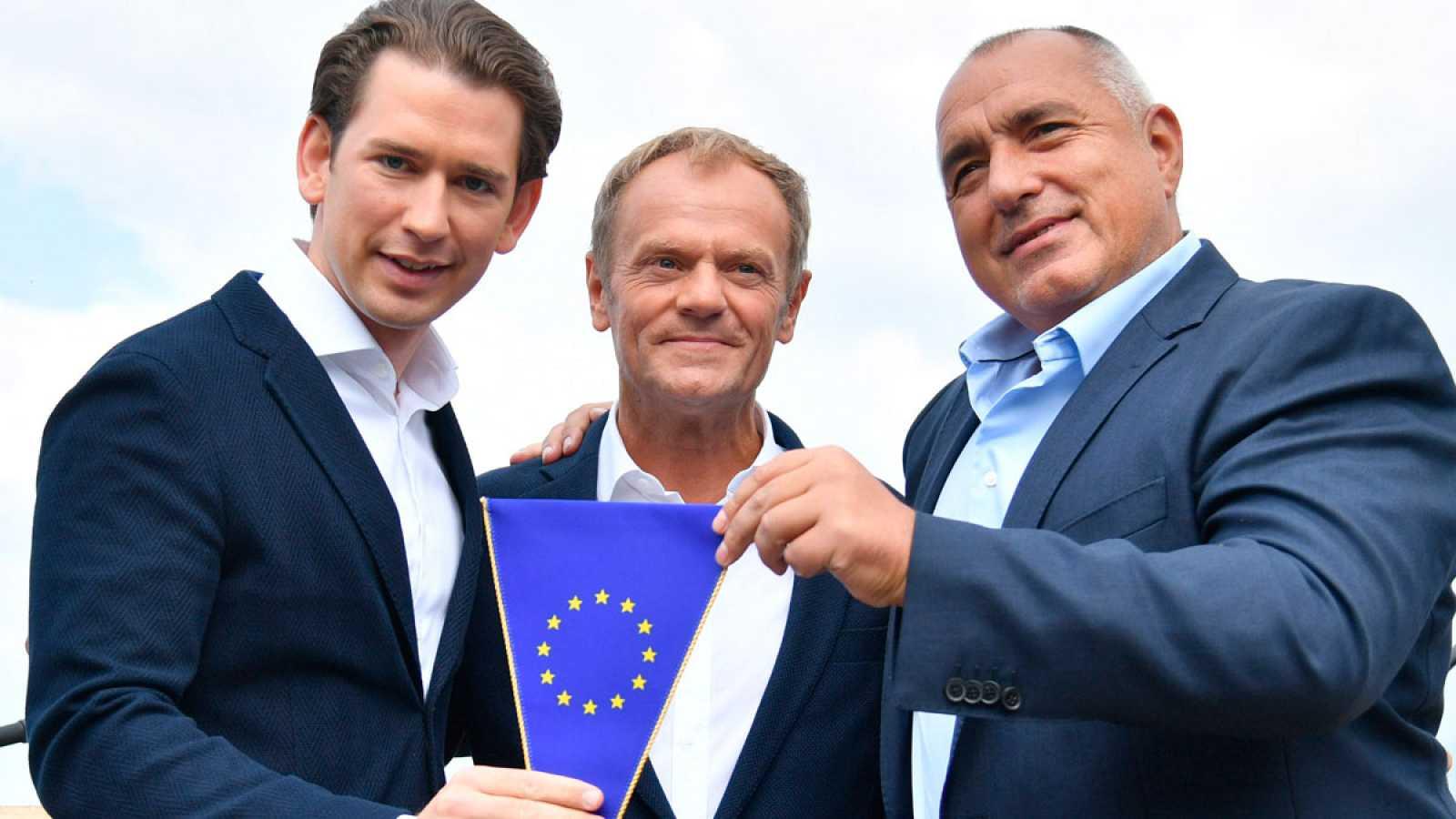 El canciller austríaco Sebastian Kurz (i), el presidente del Consejo Europeo, Donald Tusk (centro), y el primer ministro búlgaro, Boyko Borisov