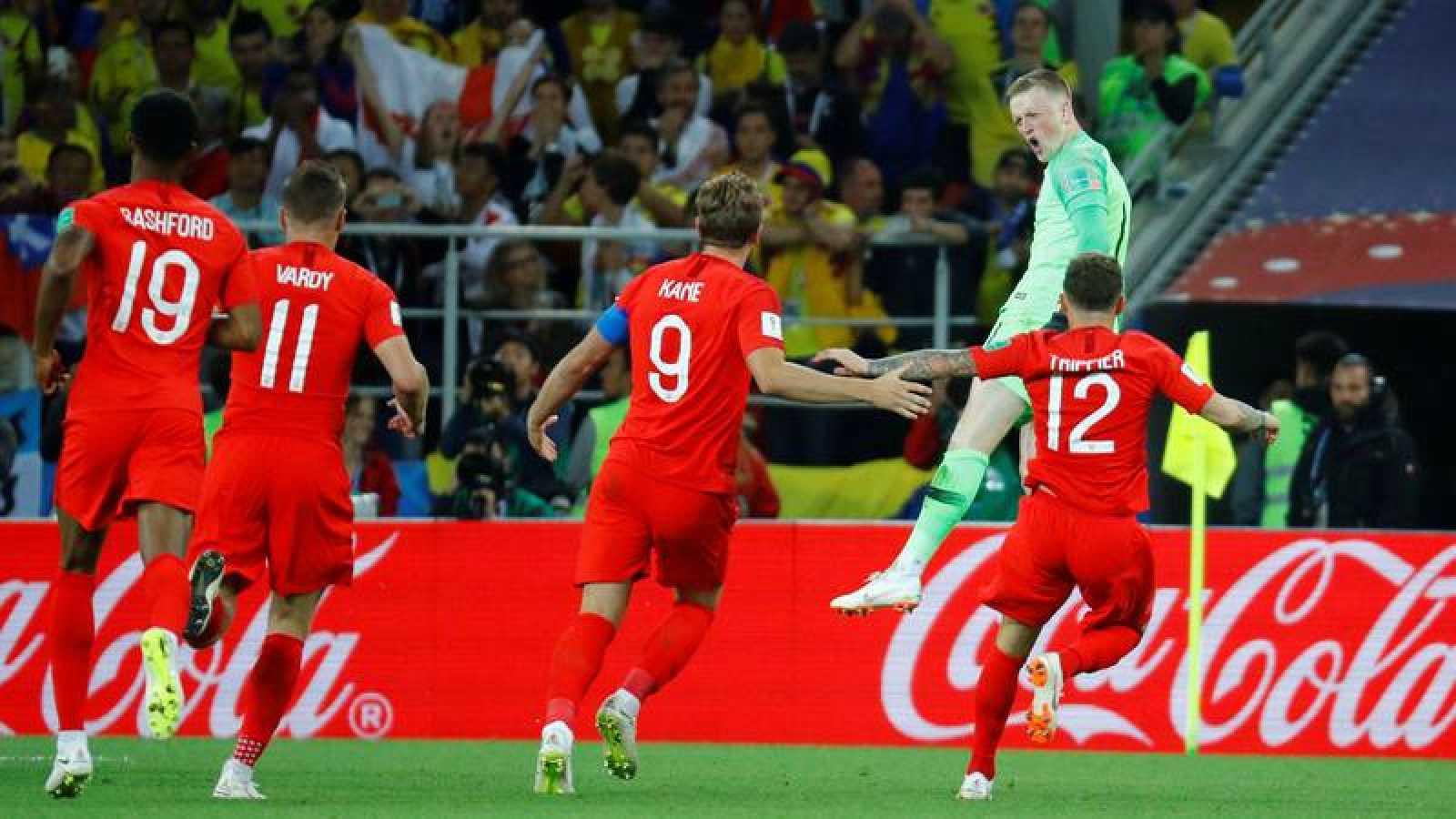 Los jugadores ingleses celebran el pase a cuartos tras la tanda de penaltis.