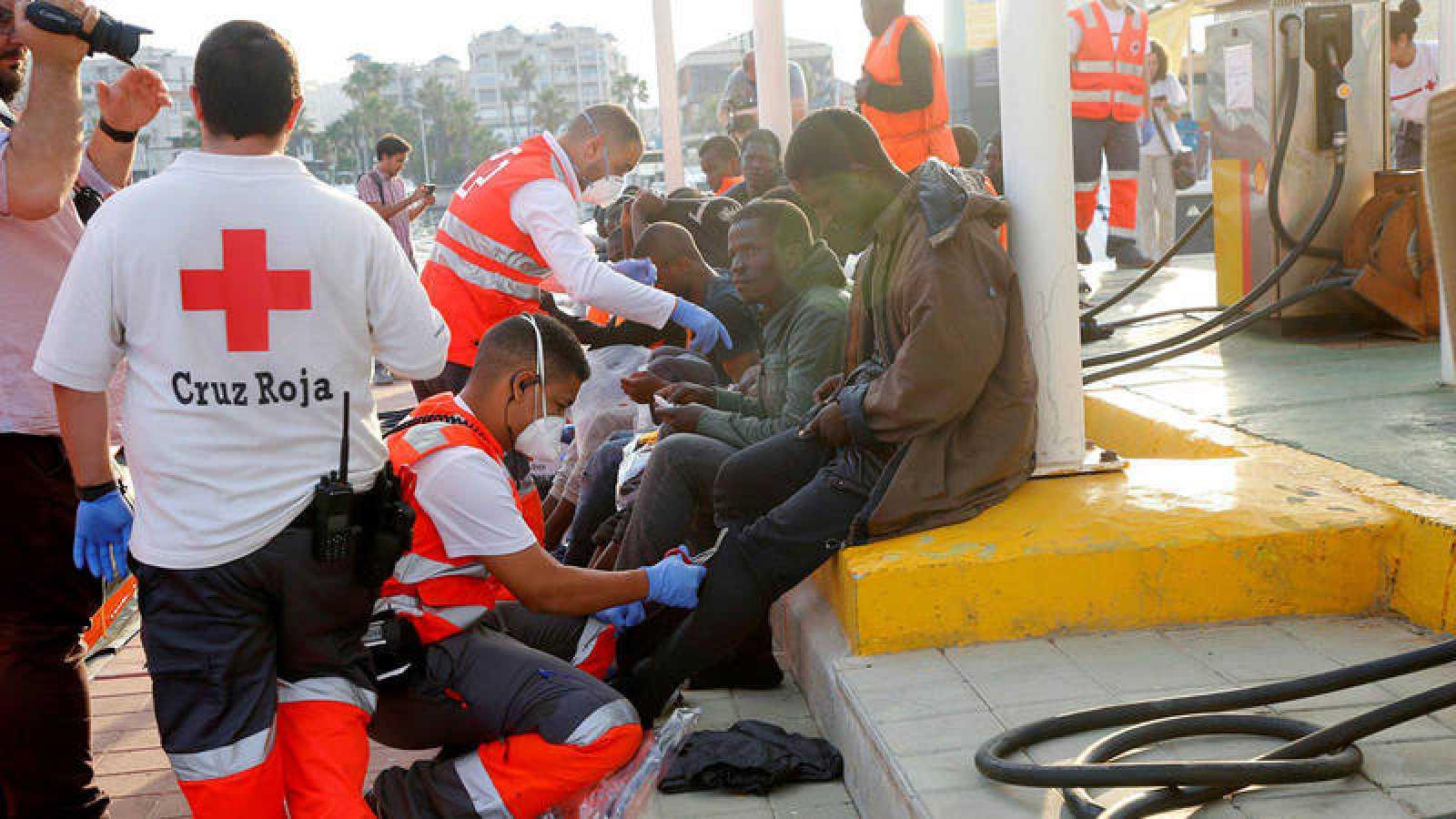 Varias personas, entre ellos una bebé, son atendidos por Cruz Roja en Melilla tras ser rescatados por Salvamento Marítimo