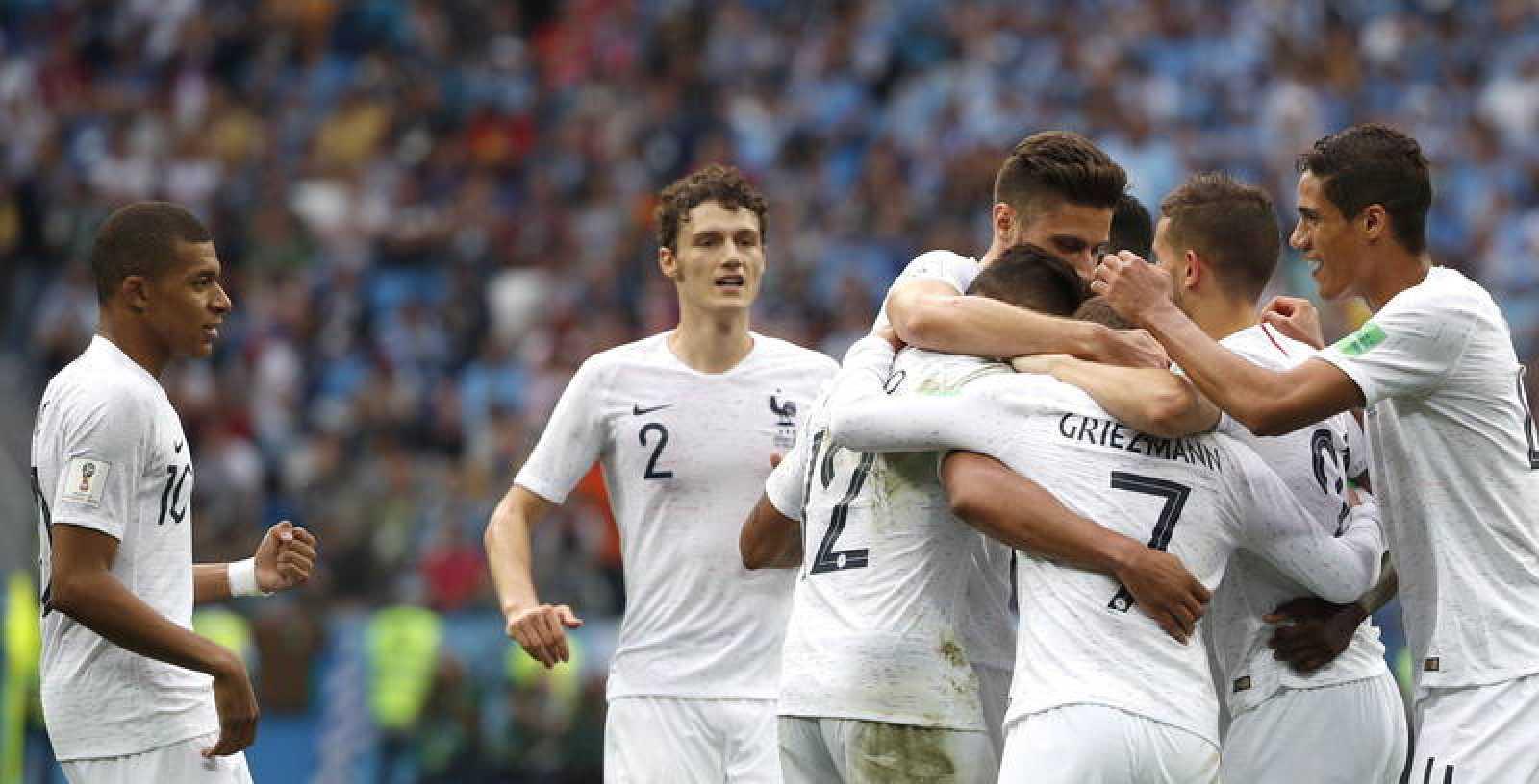 Los jugadres de la selección de Francia celebran el gol de Varane sobre Uruguay en el Mundial de Rusia.