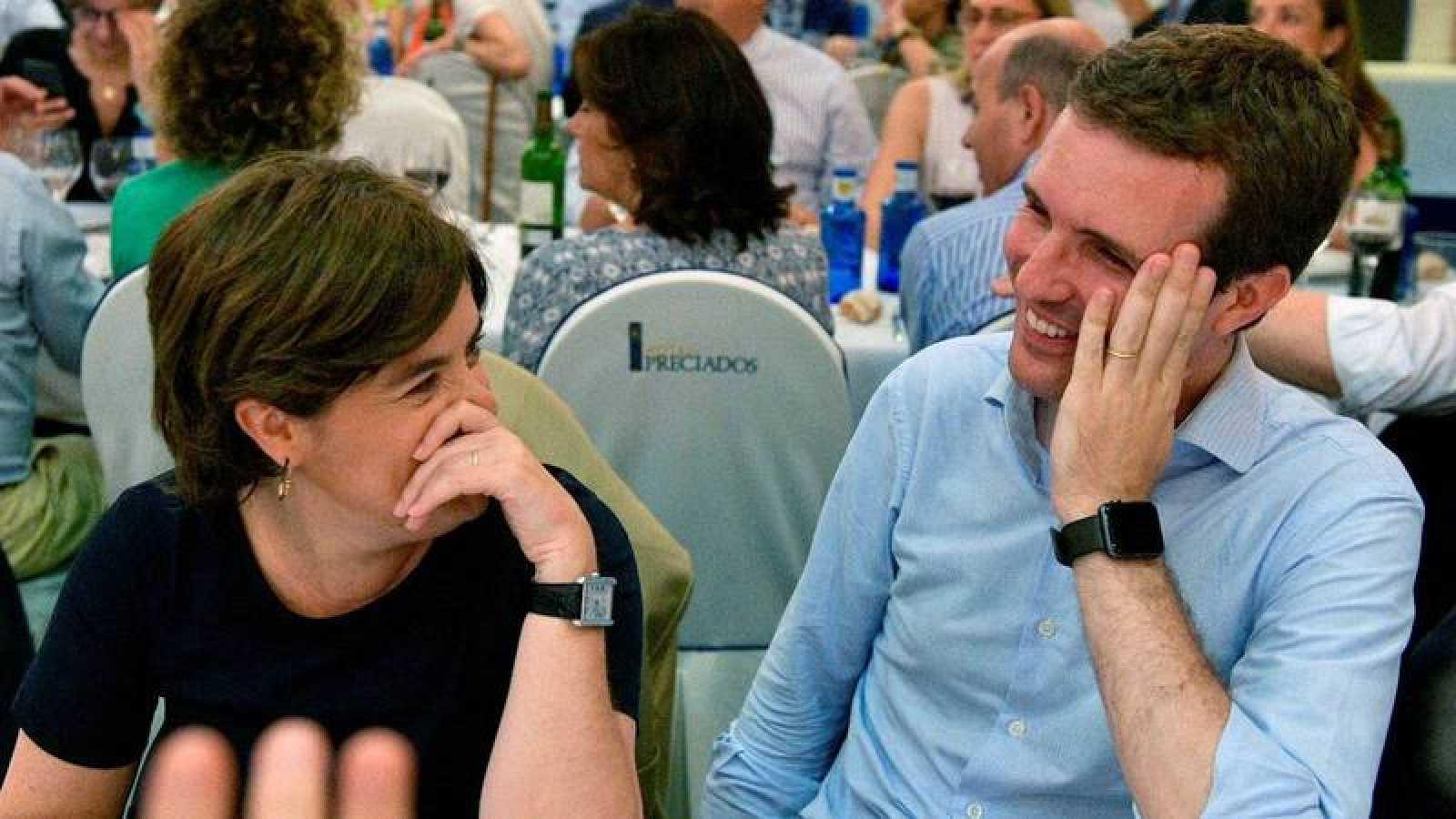 Sáenz de Santamaría y Casado coinciden en una cena del PP en plena campaña por la Presidencia.