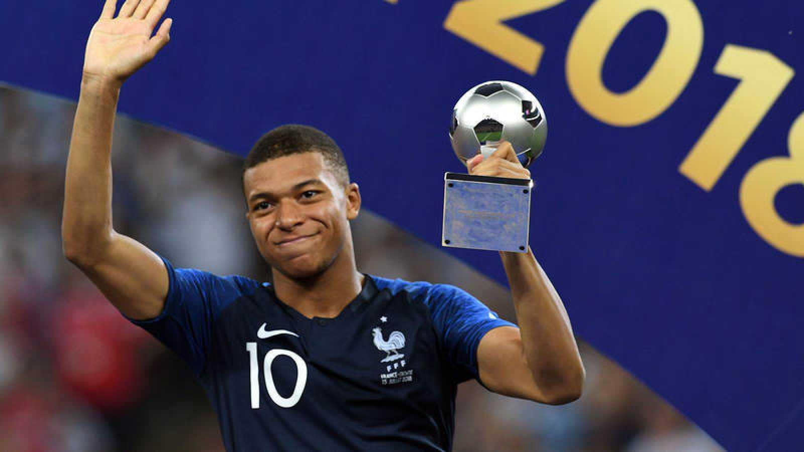 Kylian Mbappè, con su trofeo al mejor jugador joven del Mundial.