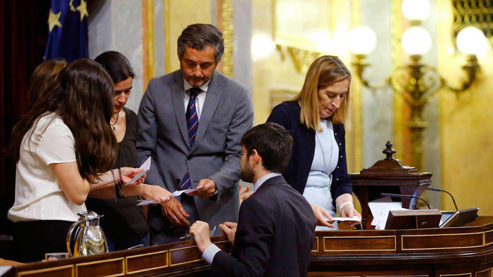 La presidenta del Congreso, Ana Pastor (d) y el resto de miembros de la Mesa en la votación de este lunes
