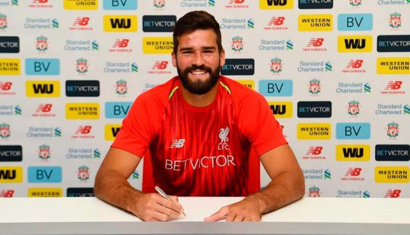 Allison en la firma de su contrato con el Liverpool.