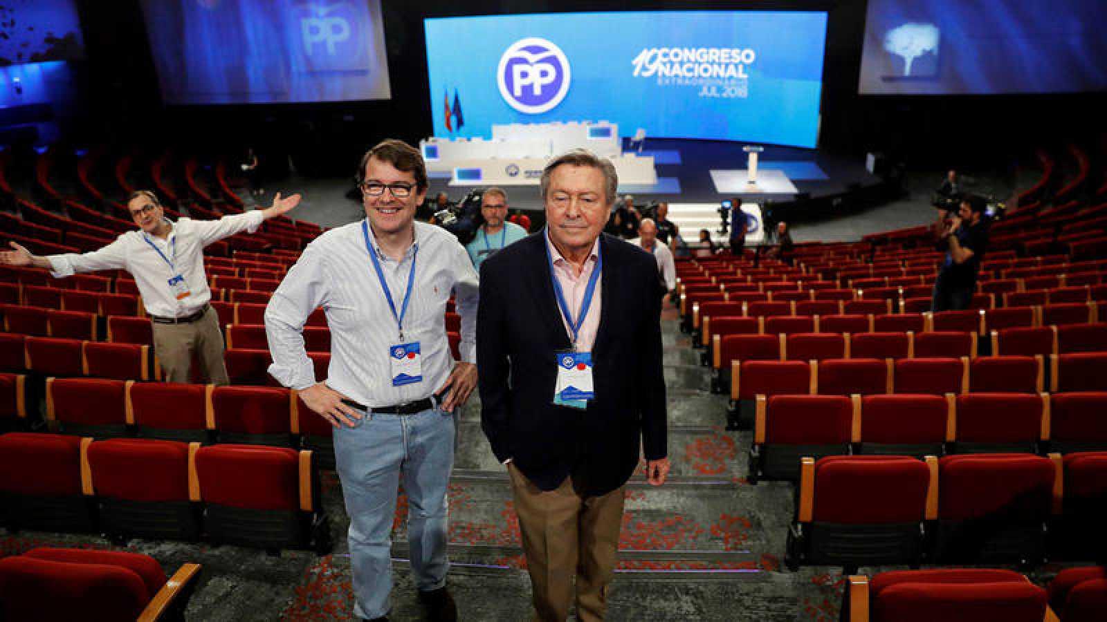 El presidente de la Comisión Organizadora, Luis de Grandes (c), en el auditorio donde se celebrará el Congreso del PP