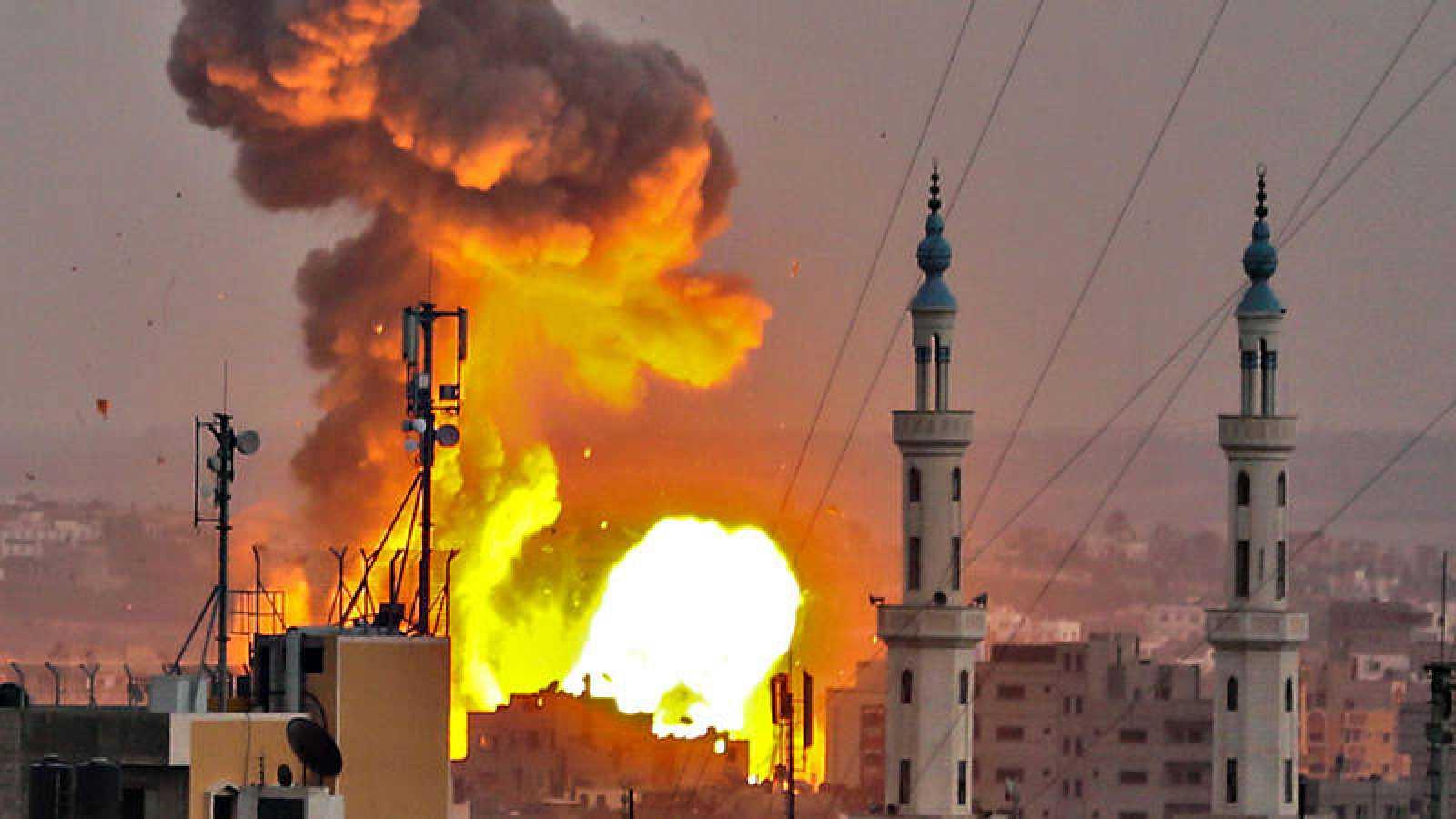 Explosión de una bomba en la CIudad de Gaza durante los bombardeos de Israel